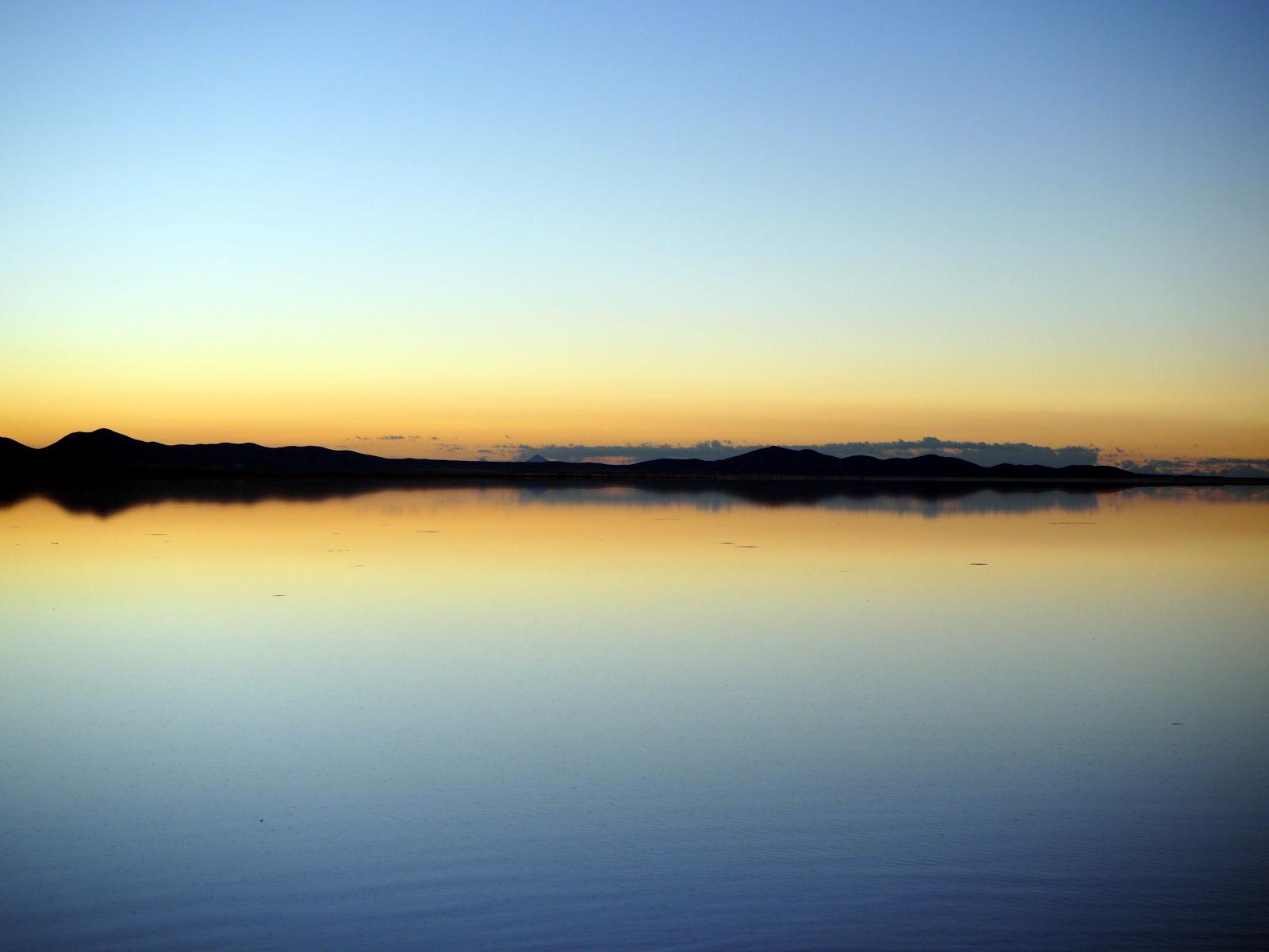 Reflets sur le salar d'Uyuni au lever du jour