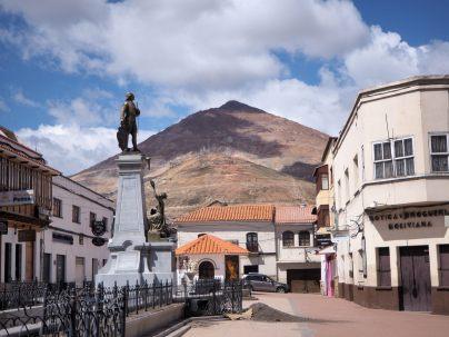 Sur la Plaza de Armas de Potosí, avec le cerro Rico en arrière plan