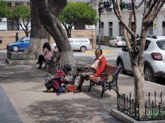 Scène de vie à la Plaza 25 de Mayo de Sucre