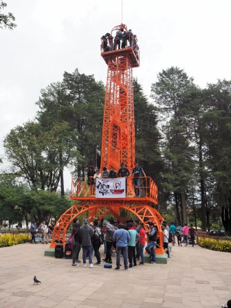 "Au parc Simon Bolivar, une ""tour Eiffel"" orange, Sucre"