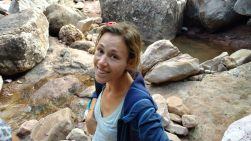 Elise, fatiguée mais contente à la sortie de la caverne !