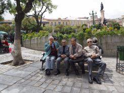Un groupe discutant sur un banc, La Paz