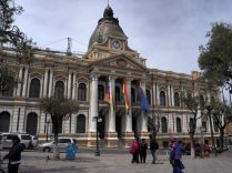 Palais législatif, sur la Plaza Murillo, La Paz. Notez l'horloge qui affiche l'heure à l'envers