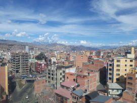 Vue de la ville à bord du téléphérique (en direction de El Alto, sur les hauteurs de La Paz)