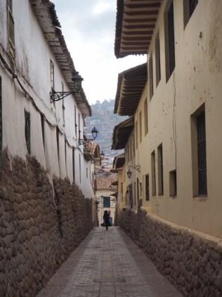 Dans les ruelles de Cuzco, bordées d'anciens murs Inca