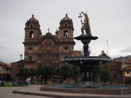 Sur la Plaza Del Armas, Cuzco. Vue sur la fontaine de l'Inca et l'Iglesia de la Compañía de Jesús