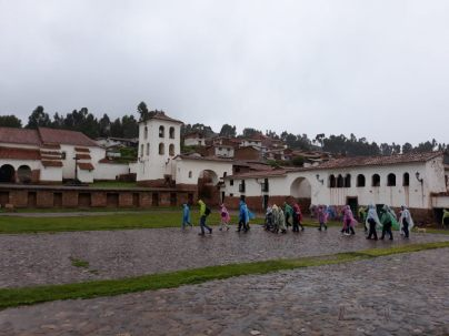 Village de Chinchero dans la vallée sacrée, sous une pluie bien froide