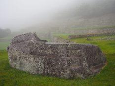 Premières vues sur les vestiges du site du Machu Picchu, dans les nuages