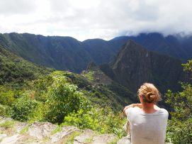 Elise contemple le site du Machu Picchu