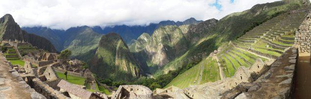 Vue sur les terrasses de la zone agricole (à droite) depuis la zone urbaine du Machu Picchu