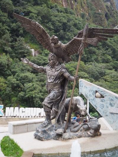 Statue de l'inca accompagnée de ses animaux mythiques : le condor (qui représente le monde d'en haut, Hanan Pacha), le puma (symbole de la terre et des vivants, Kay Pacha), le serpent (qui représente le monde inférieur, où résident les esprits des défunts, Urin Pacha)