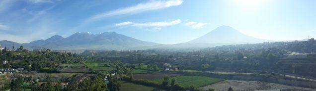 Panorama sur les volcans entourant Arequipa : à gauche le Chachani, à droite le Misti