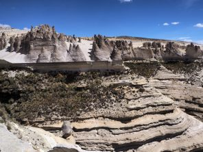 Paysages lunaires avec les étranges formations rocheuses de la réserve nationale Salinas y Aguada Blanca