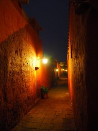 La nuit, le Couvent Santa Catalina prend des airs mystiques