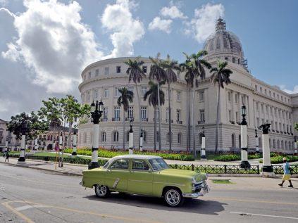 Une voiture rutilante devant le Capitole (El Capitolio), un édifice public abritant le siège de l'Académie des sciences de Cuba