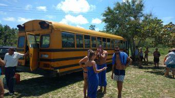 Notre bus emménant des touristes faire de la plongée, Caya Larga