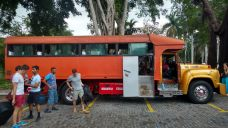 "Un camion-bus / ""collectivo"""