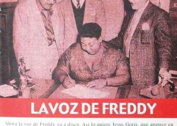 Freddy firmando contrato con Discos Puchito