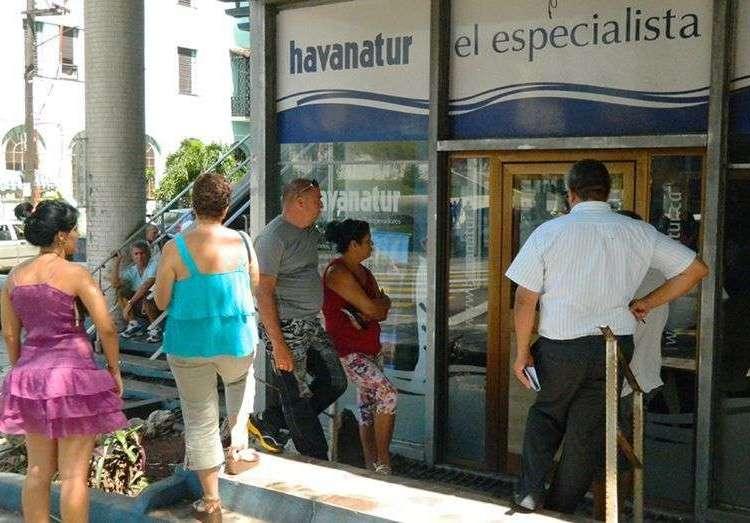 La oferta de paquetes a Europa ha tenido mucha más acogida de la esperada, ya han viajado 250 cubanos / Foto: Julio Batista.