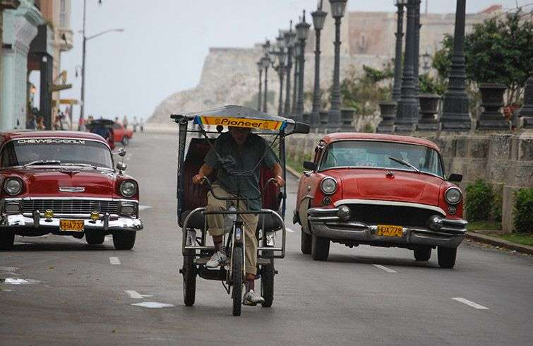 The almendrones have become essential for transport in the capital of Cuba / Photo: Raquel Perez.