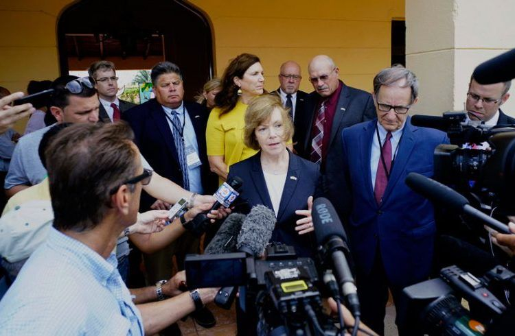 Minnesota Lieutenant Governor Tina Smith speaking with journalists after meeting with the president of Mayabeque's People Power in San José de las Lajas, Cuba, on June 20. Photo: Ramón Espinosa / AP.
