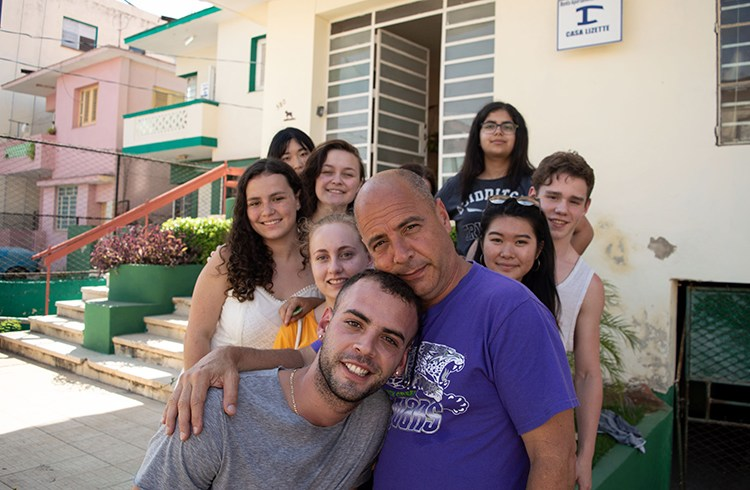 Carlos Lazo and his son, who joined him on his most recent trip to Havana with his north-american students. Photo: Otmaro Rodríguez.