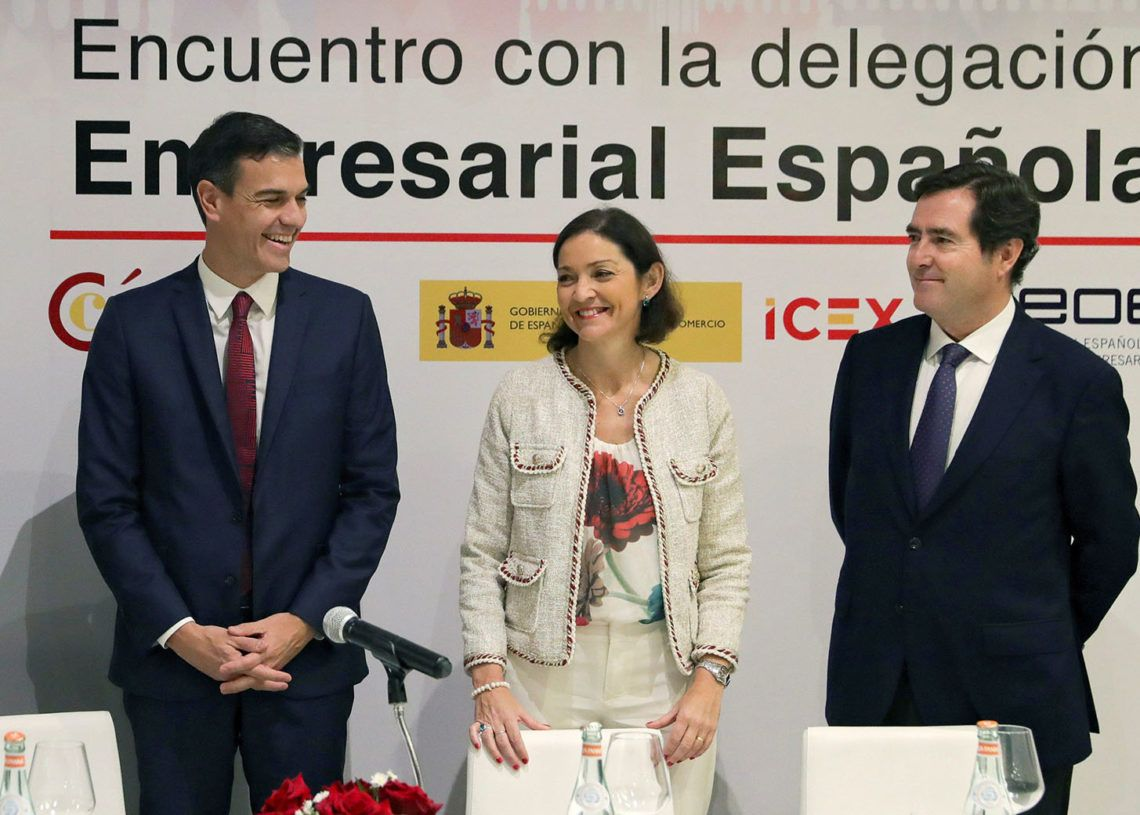 Spanish Government President Pedro Sánchez (l) with Minister of Industry Reyes Maroto and president of the Spanish Federation of Business Organizations, Antonio Garamendi, in a meeting in Havana with Spanish businesspeople who have interests in Cuba. Photo: JuanJo Martin / EFE.