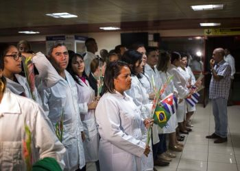 Cuban doctors waiting to meet with Cuban President Miguel Díaz-Canel, after landing in Havana on Friday, November 23, 2018. Photo: Desmond Boylan / AP.