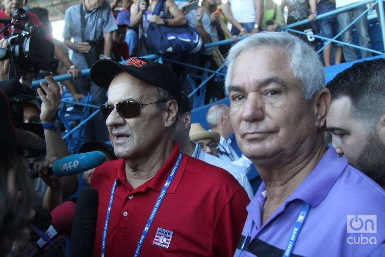 Joe Torre, director of sports operations for the MLB, and Higinio Vélez, president of the Cuban Baseball Federation, during a MLB clinic in Havana in December 2015. Photo: Roberto Ruiz.