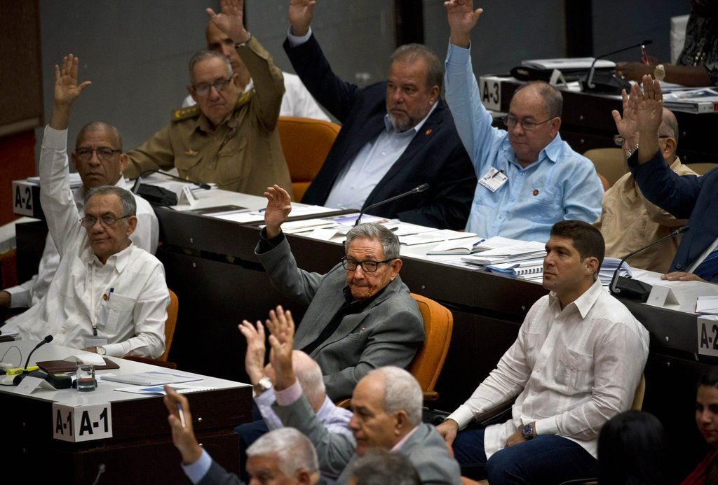 Voting during a session to debate the draft of a new Constitution at the Havana Convention Center, on Friday, December 21, 2018. Photo: Ramón Espinosa / AP.