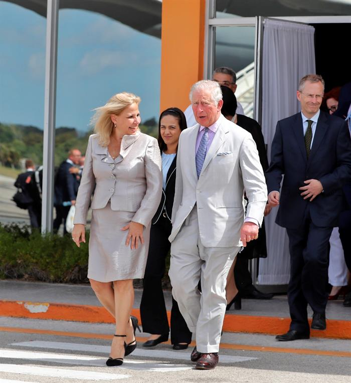Charles of England (c), accompanied by Cuban Deputy Foreign Minister Ana Teresita González (l), walks along the runway of Havana's José Martí International Airport at the end of his three-day visit on Wednesday. Photo: Ernesto Mastrascusa/EFE.