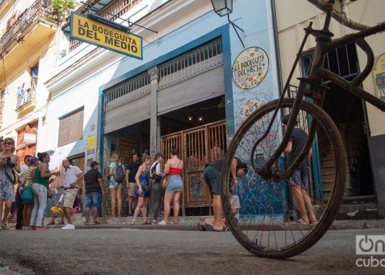 Tourists in the surroundings of La Bodeguita del Medio, in Havana. Photo: Otmaro Rodríguez.