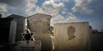 Tombs decorated with the Star of David and one that lacks the image of a person, in the Jewish cemetery of Guanabacoa, east of Havana, Cuba, on June 12, 2019. Photo: Ramón Espinosa / AP.