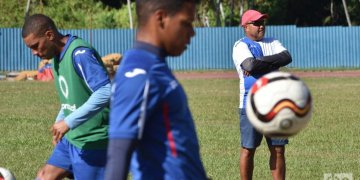 Cuban soccer team's training for the 2019 Gold Cup. Behind, coach Raúl Mederos. Photo: Otmaro Rodríguez.