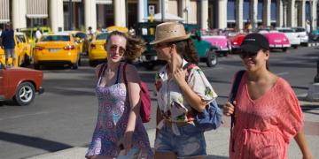 Tourists walking this Wednesday through one of the streets of Havana. Photo: Yander Zamora / EFE.