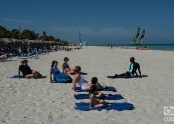 Tourists at Vardero's beach. Photo: Otmaro Rodríguez.