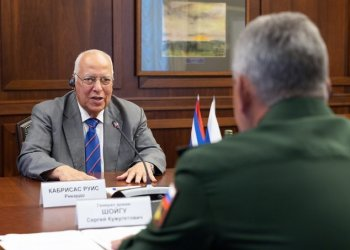 Cuban Vice President Ricardo Cabrisas (facing camera) talks with Russian Defense Minister Sergey Shoygu during a meeting in Moscow. Photo: @mod_russia / Twitter.