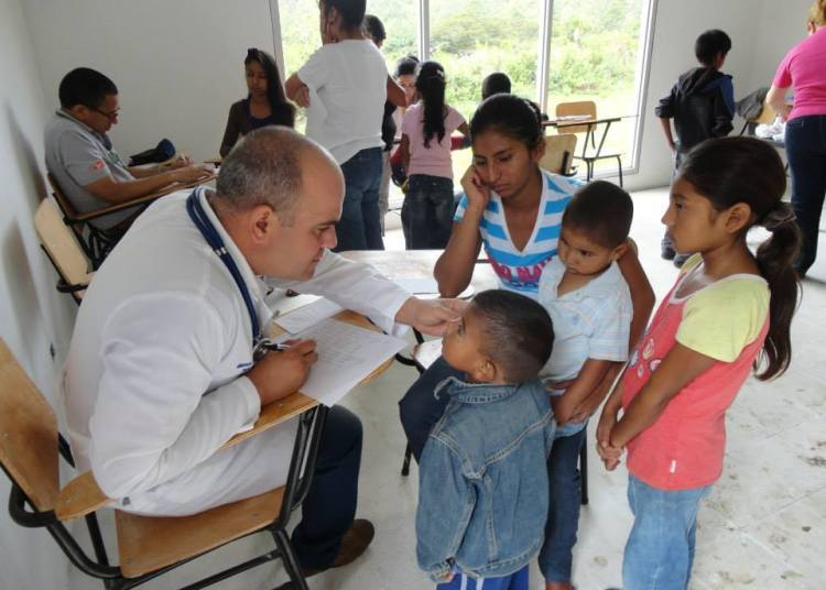 Cuban doctors in Honduras. Photo: educaciondiaria.org / Archivo.