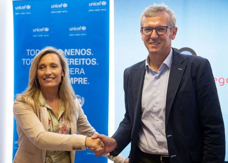 The vice president of the Xunta, Alfonso Rueda (r), and the president of UNICEF Galicia, Myriam Garabito, during the signing of a collaboration agreement for a project of young people's social inclusion in Havana, on Monday, July 1, 2019, in Santiago de Compostela. Photo: Xoan Crespo / elcorreogallego.es