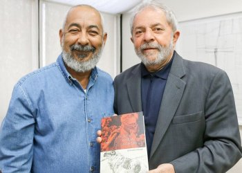 "During the meeting Padura gave Lula da Silva a copy of the Portuguese edition of ""El hombre que amaba a los perros."" Photo: Ricardo Stucker"
