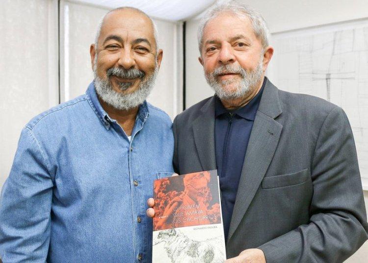 "During the meeting Padura gave Lula da Silva a copy of the Portuguese edition of ""El hombre que amaba a los perros."" Photo: Ricardo Stucker"