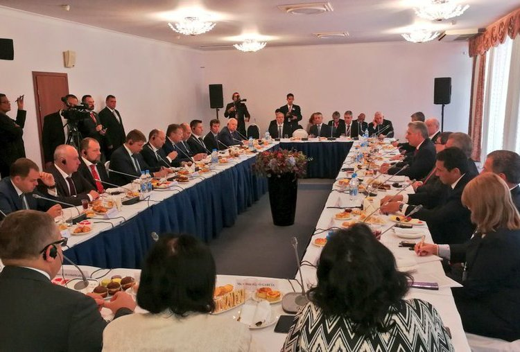 Miguel Díaz-Canel hosts a working breakfast with Russian businesspeople linked to important economic sectors such as transportation, energy, exports and tourism, among others. Photo: @PresidenciaCuba/Twitter.