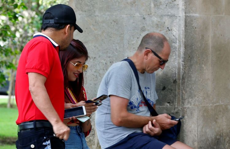 Cubans connected to the internet through their mobile devices. Photo: Ernesto Mastrascusa / EFE / Archive.