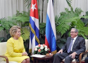 The former Cuban president and leader of the Communist Party of the island, Raúl Castro, talking with the chairwoman of the Russian Senate, Valentina Matviyenko, in Havana, on November 16, 2019. Photo: @PresidenciaCuba / Twitter