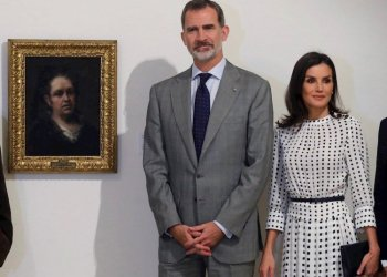 The king and queen of Spain, Felipe VI and Letizia, pose in front of Goya's Self-Portrait, during the visit to the Museum of Fine Arts in Havana. Photo: Juan Carlos Hidalgo / EFE.