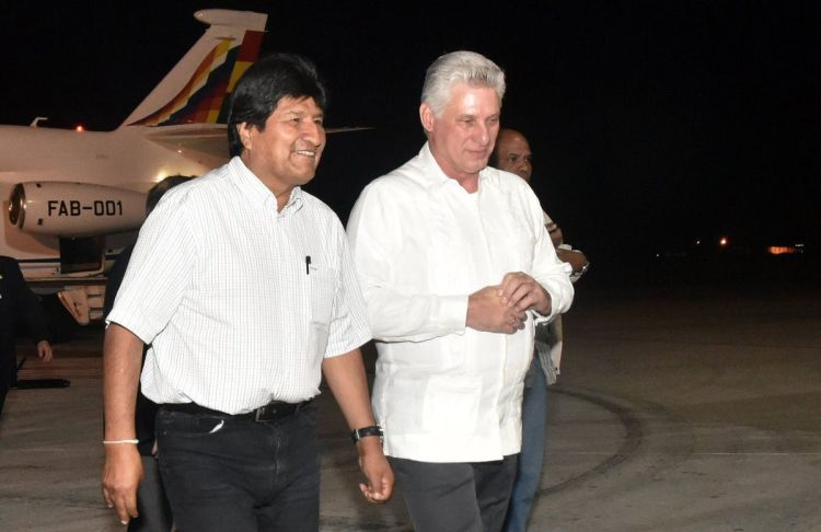 Evo Morales (left) is received at Havana's airport by Cuban President Miguel Díaz-Canel on the night of January 31, 2019, when he was still president of Bolivia. Photo: Granma / Archive.