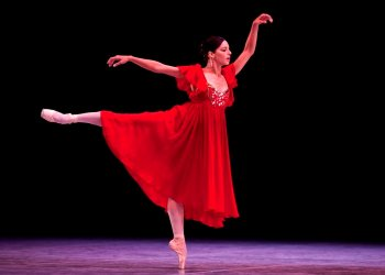 In this photo of October 28, 2012, Cuban dancer Viengsay Valdés performs at the inauguration of the 23rd International Ballet Festival, in Havana's National Theater. Photo: AP/Ramón Espinosa/Archive.