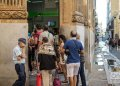 Cubans queue outside a branch of the Metropolitan Bank in the historic center of Havana. Photo: Otmaro Rodríguez.