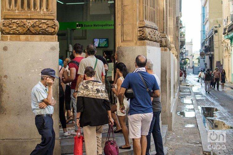 Cubans queue outside a branch of the Metropolitan Bank in the historic center of Havana. Photo: Otmaro Rodríguez.