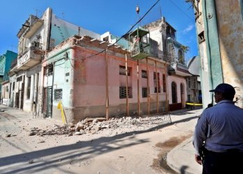 A police officer observes on Tuesday, January 28, 2020, the works in the place where three girls, aged 11 and 12, died when the balcony of a building in the neighborhood of Jesús María, in Old Havana, collapsed. Photo: Ernesto Mastrascusa/EFE.